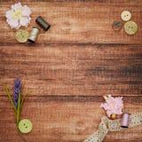 Snöra åt och draga på träbakgrund Fotografering för Bildbyråer