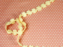 Snöra åt på orange prickbakgrund Royaltyfria Bilder