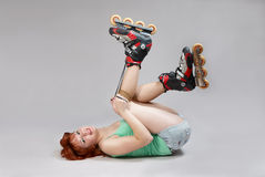 snöra åt rullskridskorkvinnan fotografering för bildbyråer