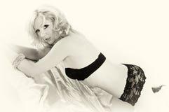 snöra åt underbyxorsepiakvinnan fotografering för bildbyråer