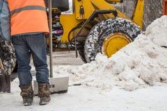 Snörensning efter ett tungt snöfall royaltyfri foto