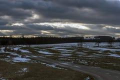 Snörest på djupfryst fält på solnedgången i Moravia Fotografering för Bildbyråer