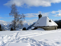 Snöscape med det lilla kapellet, Österrike Arkivfoto