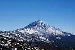 Snöscape med vulkan Royaltyfria Bilder