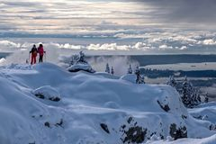 Snösko på norr kustberg med härlig sikt av Vancouver den i stadens centrum och engelska fjärden royaltyfri foto
