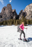 Snöskor aktiv kvinna i snön den kiting floden skidar snöig sportvinter Royaltyfri Fotografi