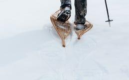 Snöskor används i djup snö Royaltyfri Bild