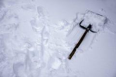 Snöskyffellögnerna på den vita snön Royaltyfria Bilder