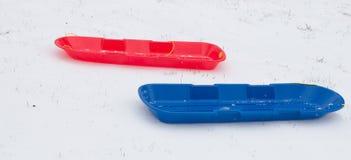 Snösläde för blåa ungar som är röda och Arkivfoto