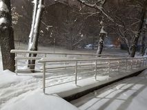 Snösnöfall och att parkera bron royaltyfri fotografi