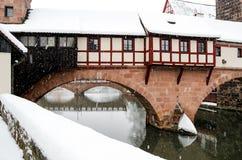 Snöstorm i den gamla staden Nuremberg, Tyskland - bödel House över floden Pegnitz Arkivfoton