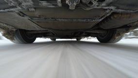 Snöväg som kör, kamera nedanför bilen lager videofilmer