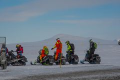 Snövesslaryttare från det Island sökandet och räddningsaktionen som får klara för en övningsritt royaltyfria foton