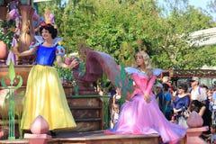 Snövit och prinsessa Aurora på Disneyland royaltyfri bild