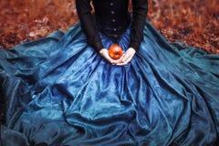 Snövitprinsessa med det berömda röda äpplet royaltyfri fotografi