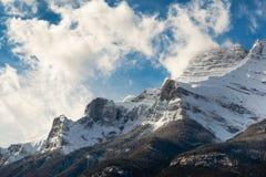 Sn?ig Rocky Mountains och bl? himmel, Banff, Alberta arkivfoto