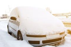 Sn? p? bilar efter sn?fall Stads- plats f?r vinter med solsignalljuset arkivfoto