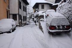 Snö-täckt Gurko för bilar i allmänhet gata Arkivfoto