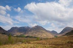 Snöa den överträffade bergGlencoe Skottland UK berömda turist- destinationen i Lochaber skottehögland Royaltyfri Fotografi