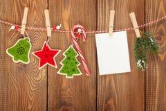 Snöa granträdet, fotoramen och juldekoren på rep Arkivfoto