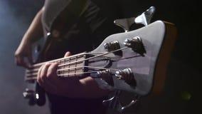 Snaar op gitaar De mens tokkelt en speelt elektrische gitaar close-up stock footage