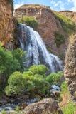 Snabb bergvattenfall på en sommardag fåtöljer Royaltyfri Fotografi