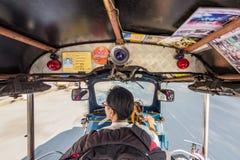 Snabb chaufför för Tuk tuk som ser vänstersida i Thailand royaltyfri bild