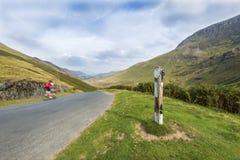 Snabb cyklist på bergvägen Royaltyfri Foto