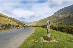 Snabb cyklistväg och bergigt landskap Arkivfoton