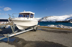 Snabb fiskebåt på en släp Royaltyfri Foto