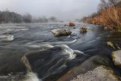 snabb flödande flod royaltyfri bild