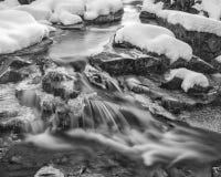 Snabb flod Mini Falls i New Hampshire, monokrom Arkivfoto