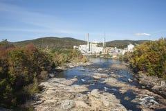 Snabb flod som flödar till och med Rumford, Maine, Arkivbild