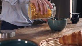 Snabb frukost för Closeupgrabbmatlagning stock video