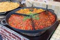 Snabb gatamat - kokt haricot, paprika, tomatsås och po Arkivfoton