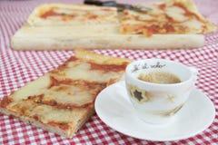 Snabb kaffeespresso och skiva av margheritapizza Arkivbilder