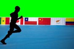 Snabb kontur för maratonlöpare med grön bakgrund och flaggor fotografering för bildbyråer