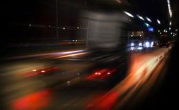 Snabb lastbil som kör på natthuvudvägen Royaltyfri Foto