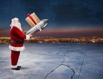 Snabb leverans av julgåvor Santa Claus som är klar att lansera en raket Arkivfoton