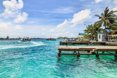 Snabb motorbåt av Maldiverna Arkivbilder
