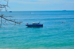 Snabb motorbåt i havet Royaltyfri Foto