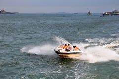 Snabb motorbåt och folk Arkivfoton