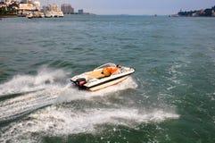 Snabb motorbåt och folk Royaltyfri Bild