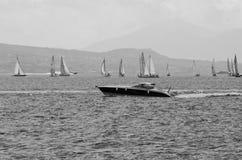 Snabb motorbåt- och segelbåtregatta i hamnen på Naples, det Royaltyfria Foton