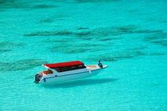 Snabb motorbåt på det härliga havet Fotografering för Bildbyråer