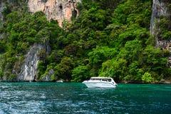 Snabb motorbåt på havet i Phuket, Thailand arkivfoton