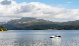 Snabb motorbåt på Loch Lomond royaltyfri fotografi