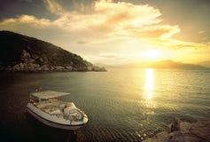 Snabb motorbåt på stranden på solnedgångtid Arkivfoto