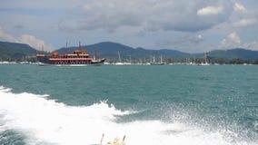 Snabb motorbåtavvikelse från den Chalong fjärden, Phuket arkivfilmer