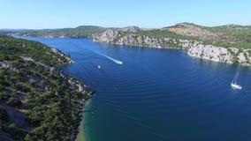 Snabb motorbåtbortgång till och med djupt mörker - blå havskanal, Kroatien arkivfilmer